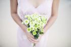 花を手にした日本人女性