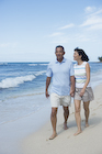 ビーチを散歩するシニア夫婦