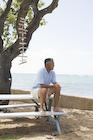 海を見つめるシニア男性