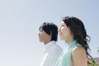 海を見つめる日本人カップル