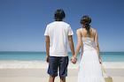 海辺で手をつなぐ日本人カップル