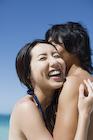抱き合う日本人カップル