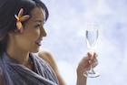 シャンパンを飲む日本人女性