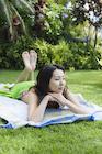 日光浴をする日本人女性