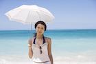 日傘を差した日本人女性