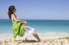 砂浜でイスに座る日本人女性