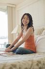 ベッドでくつろぐ日本人女性