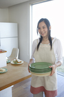 お皿を運ぶ女性