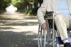 車椅子に乗る老人