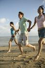 海辺を走る若者