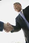 握手をするシニア男性