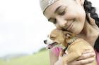 犬を抱く若い女性