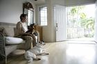 犬とシニア女性