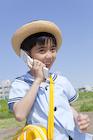 携帯電話で話す園児