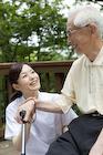 シニア男性と会話をする女性介護士