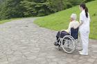車椅子を押す女性介護士