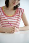 手紙を書く女性の手元