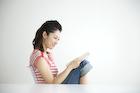 イスに座って読書をする女性