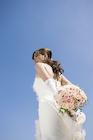 ブーケを持つ笑顔の花嫁