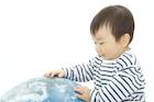 地球儀と赤ちゃん