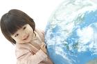地球儀と笑顔の赤ちゃん