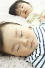お昼寝をする2人の赤ちゃん