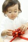 プレゼントを開ける女の子