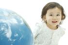地球儀と笑顔の女の子