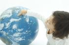 地球儀を指さす女の子