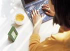 パソコンを打つ女性イメージ