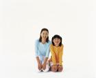 正座する笑顔の母と娘