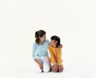 正座して見つめ合う母と娘