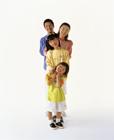 縦一列に並ぶ家族