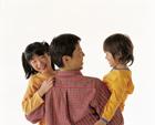 2人の子供を抱く父親