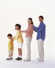 肩に手を置き横一列に並ぶ家族