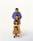 肩に手を置き縦一列に並ぶ家族