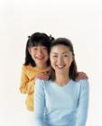 白バックの母と娘のポートレート