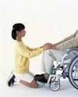 車椅子の人の手を触る女の子