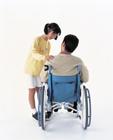 車椅子の人を気遣う女の子