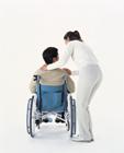 車椅子の人を気遣う女性
