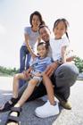 子供を抱えた4人家族のポートレート