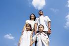 青空を見上げる4人家族