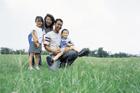 公園で楽しむ家族のポートレート