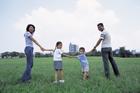 公園で手をつなぐ家族のポートレート