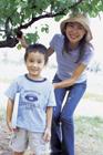 木陰で笑顔の母と息子