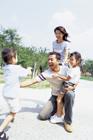 父親に駆け寄る息子と家族4人