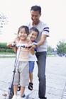ポケットバイクに乗る父親と子供2人