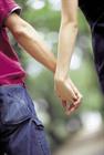 手をつなぐカップルイメージ