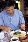 パスタを食べるミドル男性