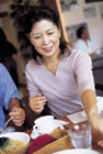 カフェでくつろぐミドル女性